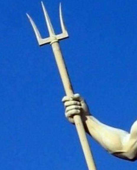 ギリシアの神が持った先端が3つに分かれた矛